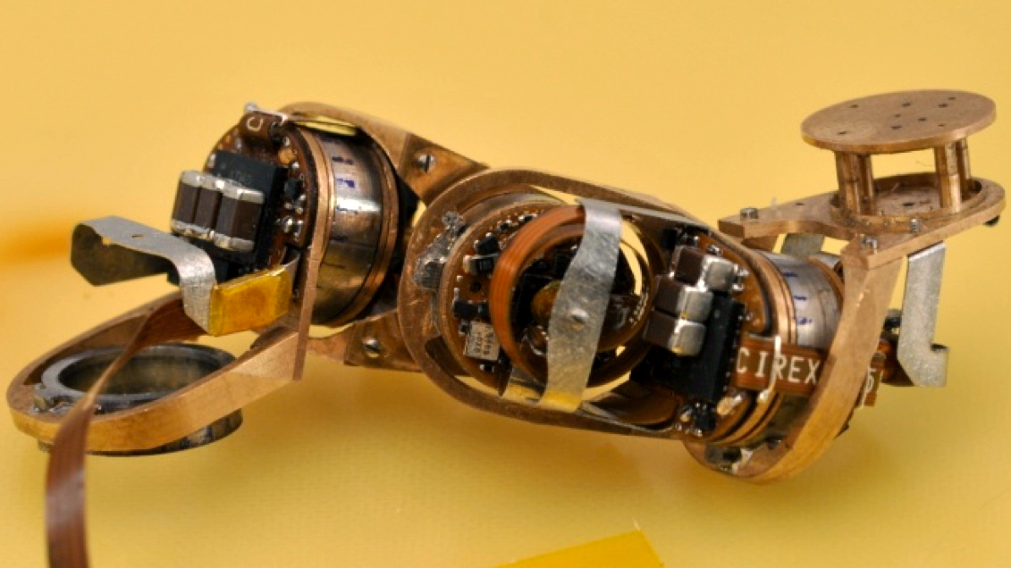 Mit 39 s miniature robot moves with new type of motor tested for Small motors for robots